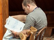 Человек читающий буклет Extreme Networks