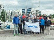 Групповое фото с флагом партнеров Марвел
