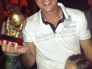 Мужчина держащий в руках футбольный кубок