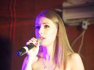Девушка с микрофоном в руках