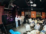 Шоу артистов на сцене кафе