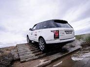 Range Rover поднимается по лестнице