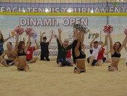 Девушки из группы поддержки на песке