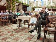 Зрители в кафе на выступлении