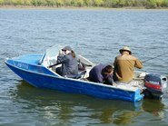 Рыбаки на синей лодке