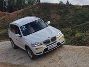 Белая машина на склоне