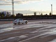 Белая машина на мокрой дороге