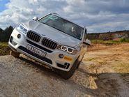 Белый BMW на склоне в 45 градусов