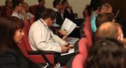 Слушатели внимательно изучают программу конференции