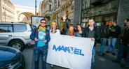 С флагом Марвел
