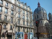 Вид на улицу с собором в Париже