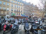 Стоянка мотороллеров на Парижской улице