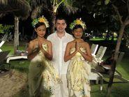 Мужчина с двумя девушками в национальных костюмах острова Бали