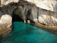 Пещера с бирюзовой водой