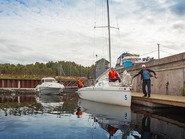 Яхта готовится к выходу в акваторию Невы