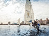 Парусные яхты на фоне городского пейзажа