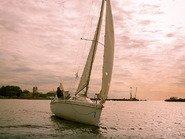 Парусная яхта на закате