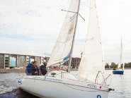 Парусная яхта в акватории Невы