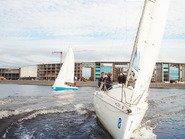 Нос парусной яхты в воде