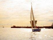 Яхта на фоне желтого заката