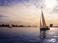 Яхта в синем закате