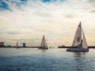 Парусные яхты в голубом цвете