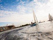 Фото яхты на фоне Крестовсого